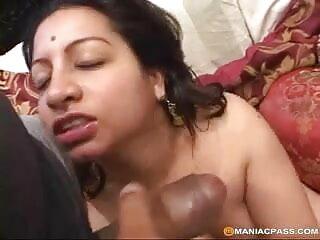 पत्नी अंदर आती है और उसे अपनी माँ को चोदते हुए देखती फुल हिंदी सेक्सी मूवी है