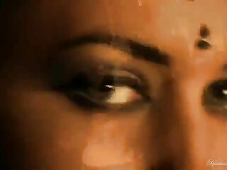 स्प्रिंग ब्रेक वेट टी-शर्ट प्रतियोगिता के दौरान स्टेज पर मूवी सेक्सी हिंदी में वीडियो